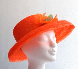Oranje hoed met bloem