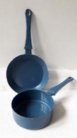 Oude donkerblauwe pannetjes voor kinderfornuisje