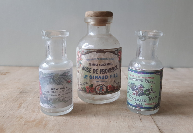 Drie kleine apothekersflesjes