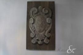 Betonnen wandornament op hout