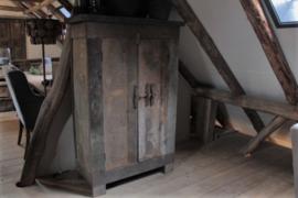 Oud houten kast met schuif, hoog