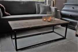 Oud houten salontafel met stalen frame