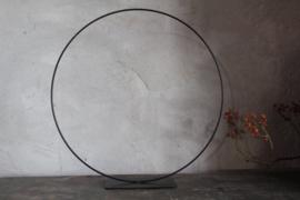 Decoratieve cirkel op voet
