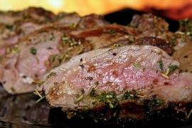 Zijlende biefstuk met pestosaus
