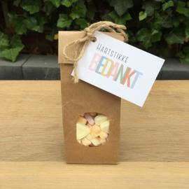 Zakje met hartjes snoepjes en kaartje: hartstikke bedankt