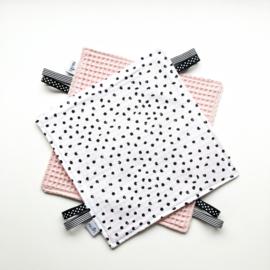 Labeldoekje  stippen en roze achterkant