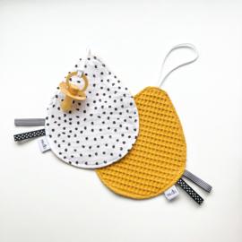Speendoekje: monochrome stippen en oker gele wafelkatoen
