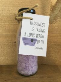 Glazen flesje gevuld met Lavendel badzout.