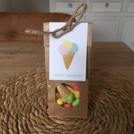 Zakje met ijsjes snoepjes en kaartje: happy summer