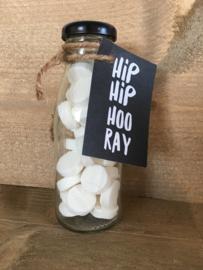 Glazen flesje gevuld met pepermuntjes & kaartje: Hip Hip Hooray