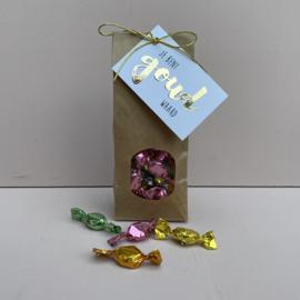 Zakje met snoepjes  in 'gekleurde wikkels' en kaartje: je bent goud waard