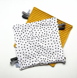 Labeldoekje stippen en oker gele achterkant