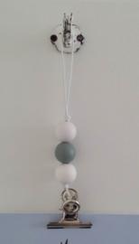 Kaarten/poster hanger wit, wit/grijze houten kralen