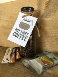 Glazen flesje gevuld met koffie (bonen of snelfilter)