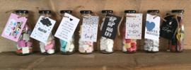 Glazen flesje gevuld met  hartjes snoep & minikaartje  ik vind jou lief!