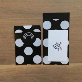 2 kleine kadozakjes: glans zwart met witte stippen, (A7) inclusief sticker