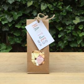 Zakje met hartjes snoepjes en kaartje: hartjes voor jou