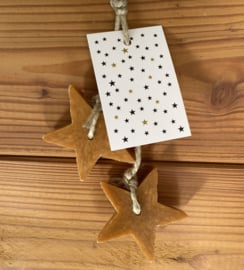 2 zeep sterren aan een touw, kleur 'oker goud', inclusief minikaartje