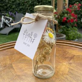 Glazen flesje met droogbloemen en minikaartje naar keuze