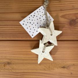 2 zeep sterren aan een touw, kleur wit, inclusief minikaartje