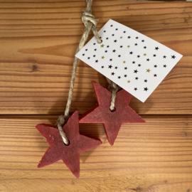 2 zeep sterren aan een touw, kleur rood, inclusief minikaartje