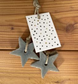 2 zeep sterren aan een touw, kleur grijs, inclusief minikaartje