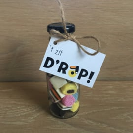 Glazen flesje gevuld met  engels drop & minikaartje  't zit d'rop!