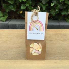 Zakje met hartjes snoepjes en kaartje: voor mijn lieve juf