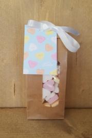 Zakje hartjes snoepjes met kaartje: van Harte