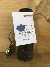 Glazen flesje gevuld met Bosvruchten thee.