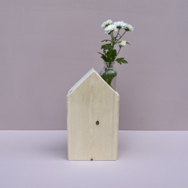 Blank houten huisje met een klein vaasje