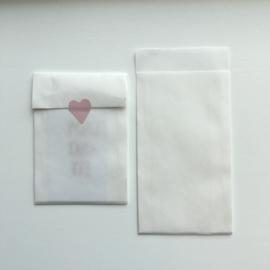 2 kleine kadozakjes  7 x 13 cm, inclusief sticker