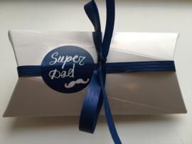 10 stickers (rond 3cm, 5 x blauw en 5 x wit) :  Super dad