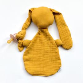 Knijn knuffel met extra lang oor voor een speentje, oker geel