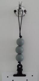 Kaarten/poster hanger zwart, 3 donker grijze houten kralen