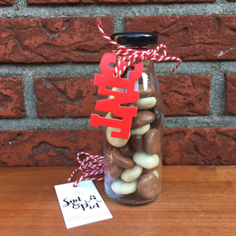 Glazen flesje gevuld met chocolade kruidnoten en kaartje: SINT