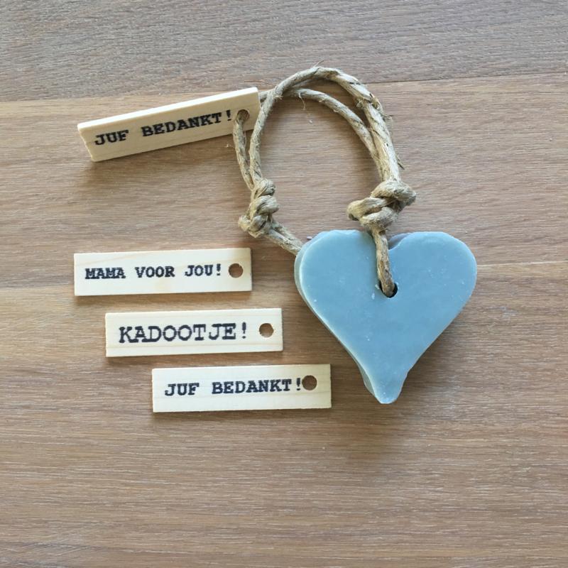 Zeephanger hartje, licht blauw inclusief houten labeltje