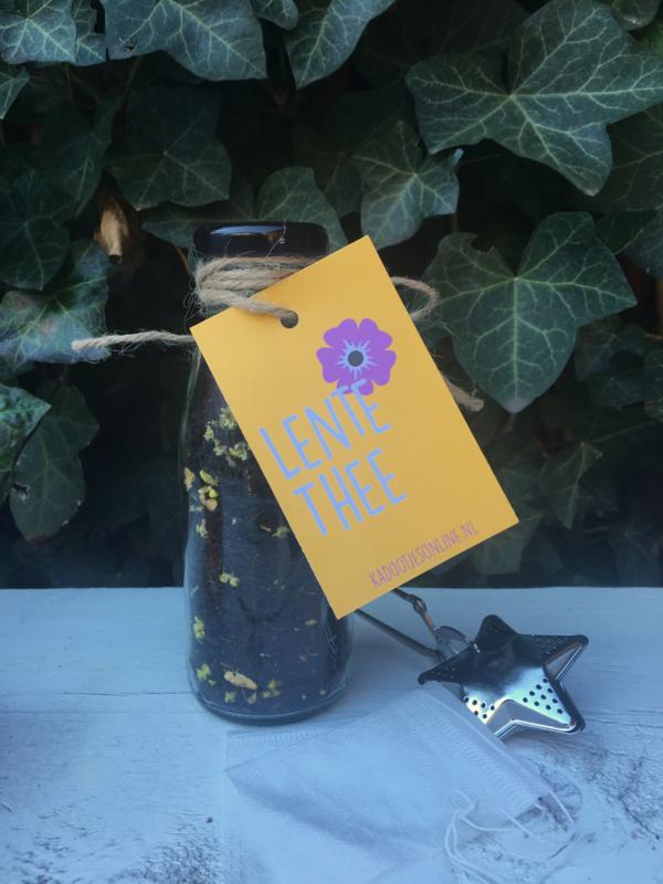 Glazen flesje gevuld met: Lente thee