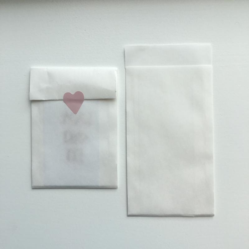 2 kleine kadozakjes mat wit (A7) inclusief sticker