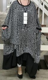 Tecla oversized jurk/poncho/wrap apart   (extra groot) zwart/wit