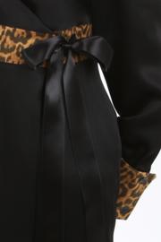Haer Party 31 - Overslagjurk in zwart met luipaarddessin