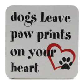 houten tekstbord dogs leave...