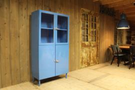 Blauwe industriële dokterskast