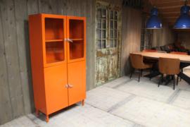 Oranje industriële dokterskast