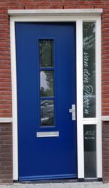 Deur en raam bestickerd met namen en nummer