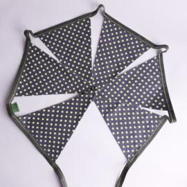 vlaggetjes (olijfgroen met felgeel stippen)