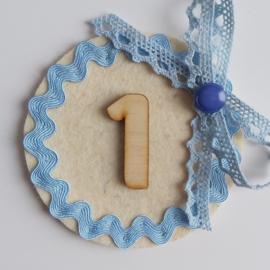 button (met strikje van lichtblauwe kant)
