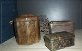 Set van drie oude blikjes