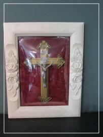 Religieus schilderij kruis met corpus in lijst met bolglas
