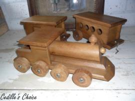 Grote houten locomotief met wagons